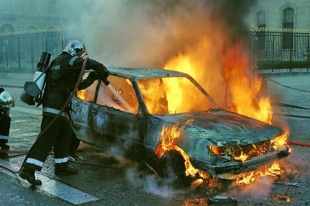 тушат сгоревшую машину